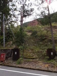 旧大杉中学校の校門と階段(宮川ウォーク、大杉谷自然学校〜桧原橋)