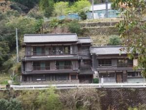 谷口橋から望む木造三階建て(宮川ウォーク、桧原橋〜持山橋)