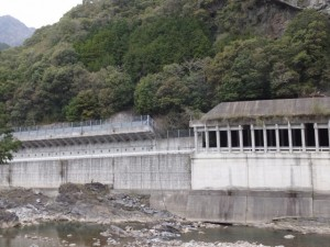 対岸・左岸道路の落石防止用シェルター(宮川ウォーク、桧原橋〜持山橋)