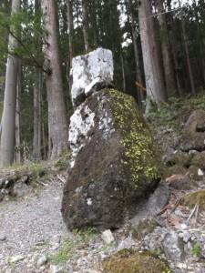 津島神社の虚無僧石(宮川ウォーク、持山橋〜カラスキ谷公園)