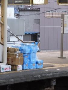 早朝の近鉄 松阪駅、下り線のホーム