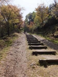 横川覚範の首塚へ続く上りの山道