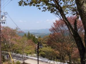横川覚範の首塚へ続く上りの山道からの眺望