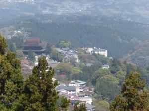 横川覚範の首塚へ続く上りの山道からの望む金峯山寺 蔵王堂