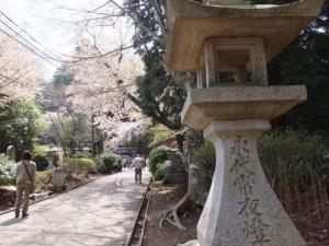 修行門(金峯神社の鳥居)から金峯神社へ参道