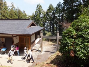 金峯神社の拝殿前から望む隠れ塔(蹴抜塔)への小道