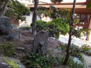 宇治岳道 五十九丁舟型地蔵町石(U75)(赤福二見支店 中庭)