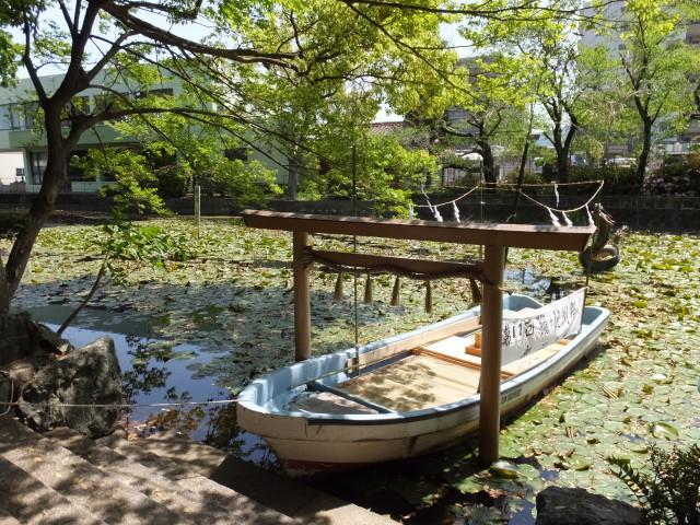 朧ケ池の鳥居(船江上社)