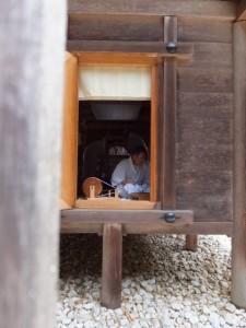 神御衣(荒妙)の奉織作業(神麻続機殿神社の八尋殿)