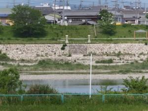 宮川の右岸堤防道路から望む対岸にある「桜の渡し場」跡