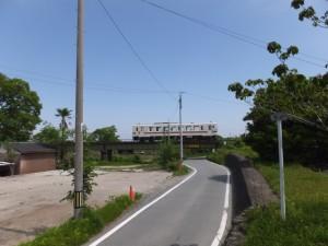 旧跡 宮川・桜の渡し(下の渡し)の説明板の前から望むJR参宮線