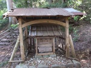 近長谷城跡への階段途中に建つ小社