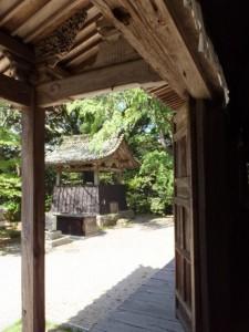 本堂から望む鐘楼(近長谷寺)