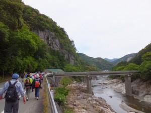 宮川左岸を滝水橋へ