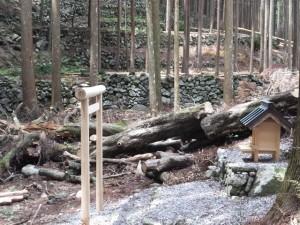 小祠と石垣(きらら出合の案内板〜新春日谷橋)