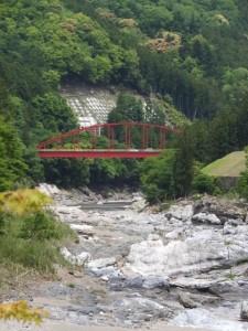 右岸から望む宮川の下流方向(新春日谷橋〜上大井 バスのりば)