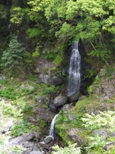 「はか瀬」の案内板の先に見つけた滝