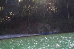 粟生頭首湖から望む小さな赤い鳥居