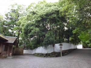現在の宿衛屋と移設場所(月讀宮)