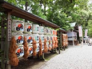 奉献酒樽と佐瑠女神社の仮殿(猿田彦神社)