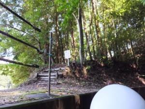 立梅用水ボートくだりのボートから望む水銀のたぬき掘り古道取り付き(多気町丹生)