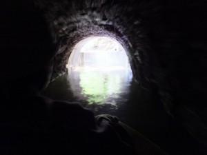 立梅用水ボートくだり、素掘のトンネル(多気町丹生)