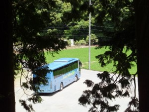 立梅用水、切り通しの先から眺めた臨時バスの終着点(多気町丹生)