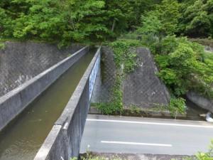 道路を越える立梅用水(多気町丹生)
