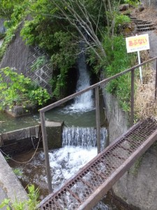 立梅用水、切り通し先の分岐から落ちた流れ(多気町丹生)