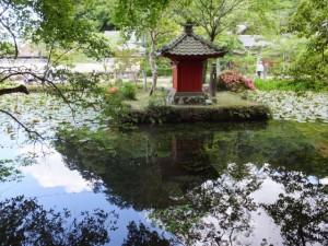 丹生神社の参道から望む丹生大師の弁天堂(多気町丹生)