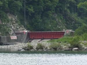 長発電所付近から望む逆調整池ダムの可動堰(宮川)