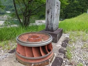 長発電所、安全記念碑と発電用のローター(大台町長ヶ)
