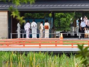 茜社、豊川茜稲荷神社の参道入口から望む勾玉池越しのせんぐう館休憩舎