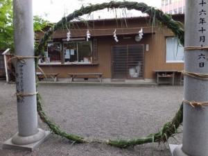 夏越しの大祓 茅の輪くぐりに向けて準備された茅の輪(世木神社)