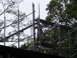 御造営のために簀屋根を建築中である新御敷地(月夜見宮)