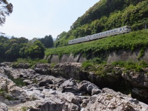 大滝峡とJR紀勢本線(大内山川)