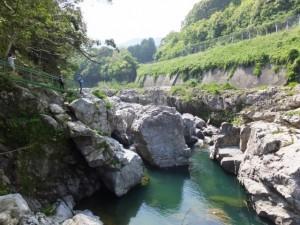 大滝峡にておんべまつり祭場を遠望(大内山川)