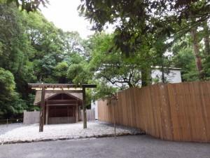 土宮と新御敷地の簀屋根(外宮)