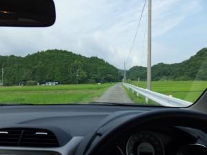 「白米城阯登山口」の道標付近から登り口へ向かう(松阪市大阿坂町)
