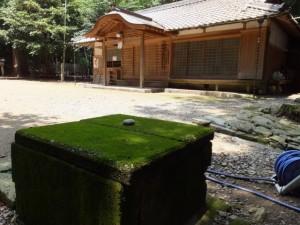 阿射加神社、井戸と社務所(松阪市小阿坂町)