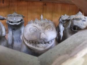 阿射加神社、摂社 大若手神社前の祠(?)に並べられた狛犬(松阪市小阿坂町)
