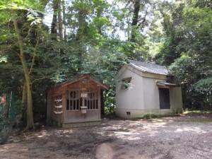 阿射加神社、御厩と蔵(松阪市小阿坂町)