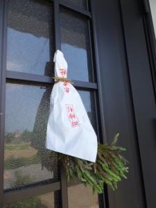 赤崎神社で授与された御神杉、新旧取り替え