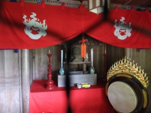 禅廣山妙色寺の前の高台に建つ神社他(度会町田口)