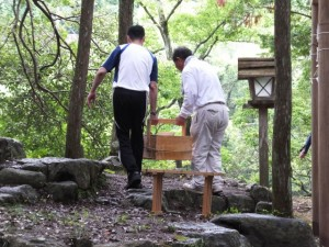 おんべまつりの準備、鮎登場(水戸神神社)