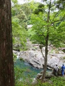 水戸神神社付近から大滝峡越しに望むJR紀勢本線