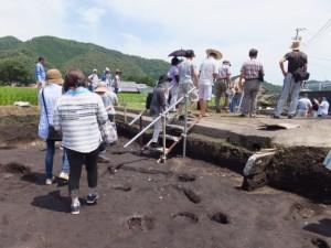 野添大辻遺跡(第3次)発掘調査 現地説明会、2区から1区への移動