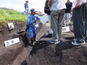 野添大辻遺跡(第3次)発掘調査 現地説明会、1区の泥塔が発見され柱穴跡付近