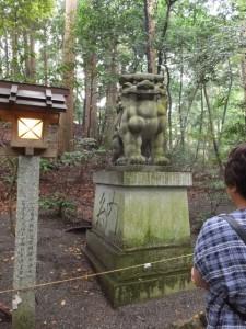 参道脇の巨大は狛犬(椿大神社)