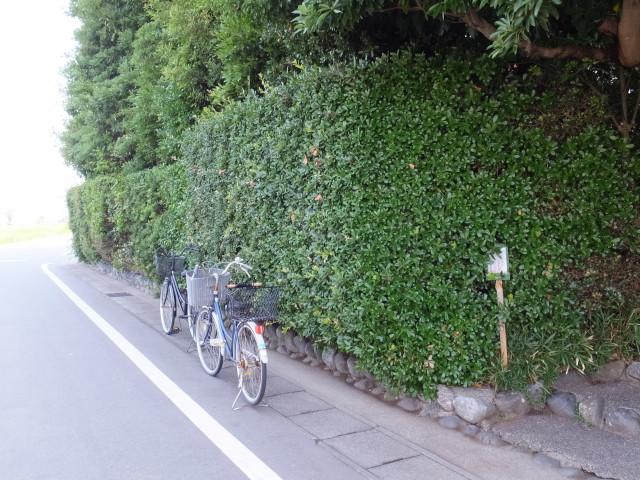 河原神社(毛理神社を同座)前に駐められた二台の自転車